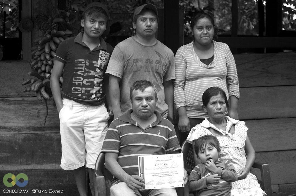 Maximino, su esposa Gudelia y el resto de la familia posan con el diploma de la Taza de Excelencia.